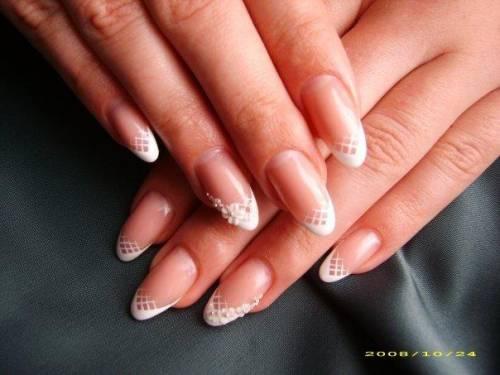Дизайн ногтей овальной формы френч с рисунком